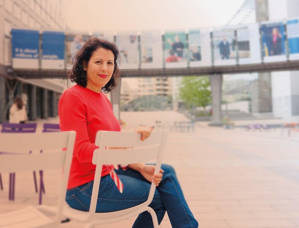 Manuela Ripa vor EU Parlament Brussels